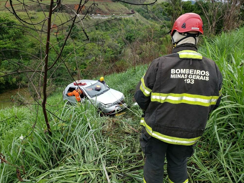 Condutora perdeu o controle da direção e o carro caiu em uma ribanceira de Juiz de Fora — Foto: Corpo de Bombeiros/Divulgação