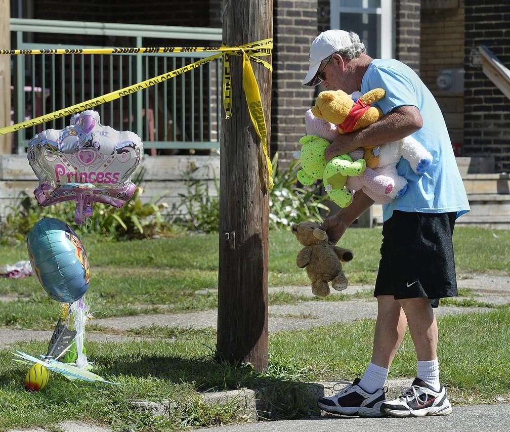 Home deixa brinquedos em local onde 5 crianças morreram em incêndio na cidade de Erie, nos EUA — Foto: Greg Wohlford/Erie Times-News via AP