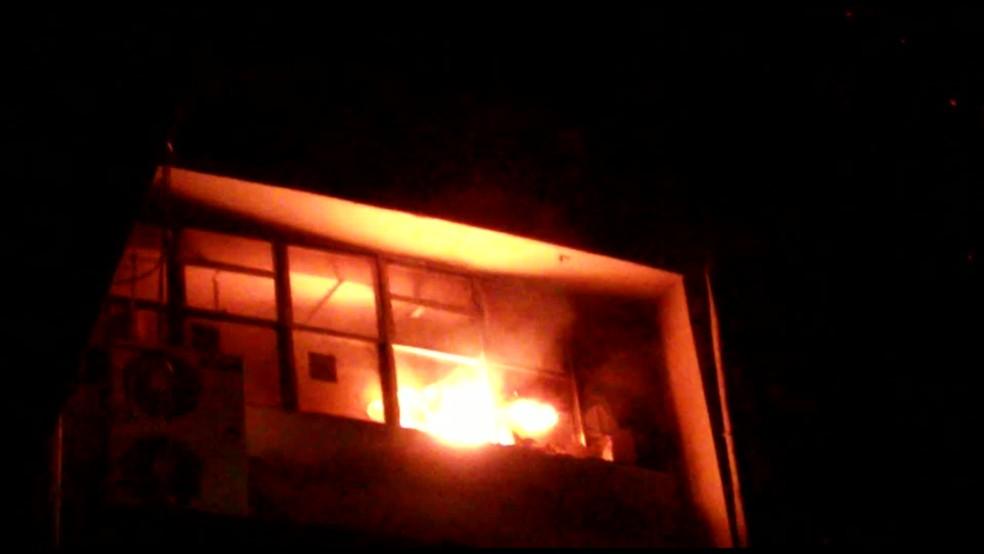 Na terça-feira (30), incêndio atingiu UTI do Hospital Agamenon Magalhães, na Zona Norte do Recife — Foto: Reprodução/WhatsApp