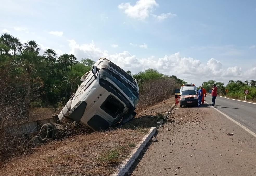 Carreta tombou na BR-304 no Rio Grande do Norte — Foto: Redes sociais