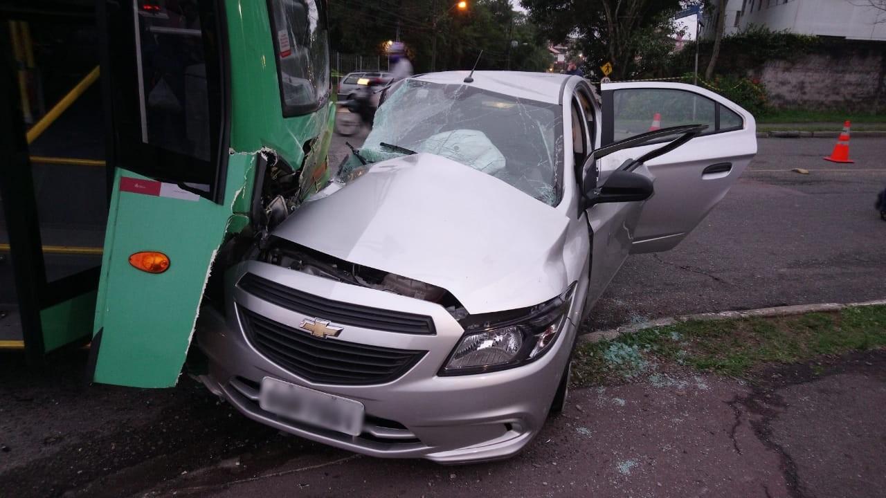Batida entre carro e ônibus fere cinco pessoas, em Curitiba - Notícias - Plantão Diário