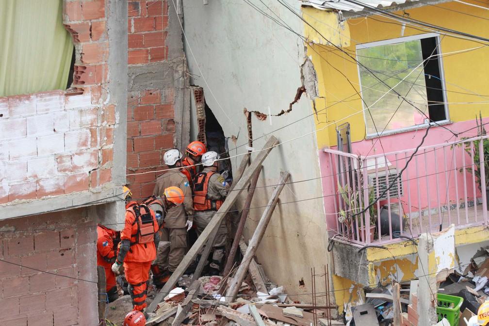 Bombeiros trabalham nos escombros de uma casa de três andares que desabou em Curicica, na zona oeste do Rio de Janeiro — Foto: José Lucena/Futura Press/Estadão Conteúdo