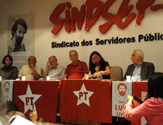 O ex-ministro José Dirceu ao lado do líder do MST João Pedro Stedile (a esq.) em ato no Sindicado dos Servidores Públicos em Brasília na segunda-feira (16) (Foto: Bela Megale/Época)