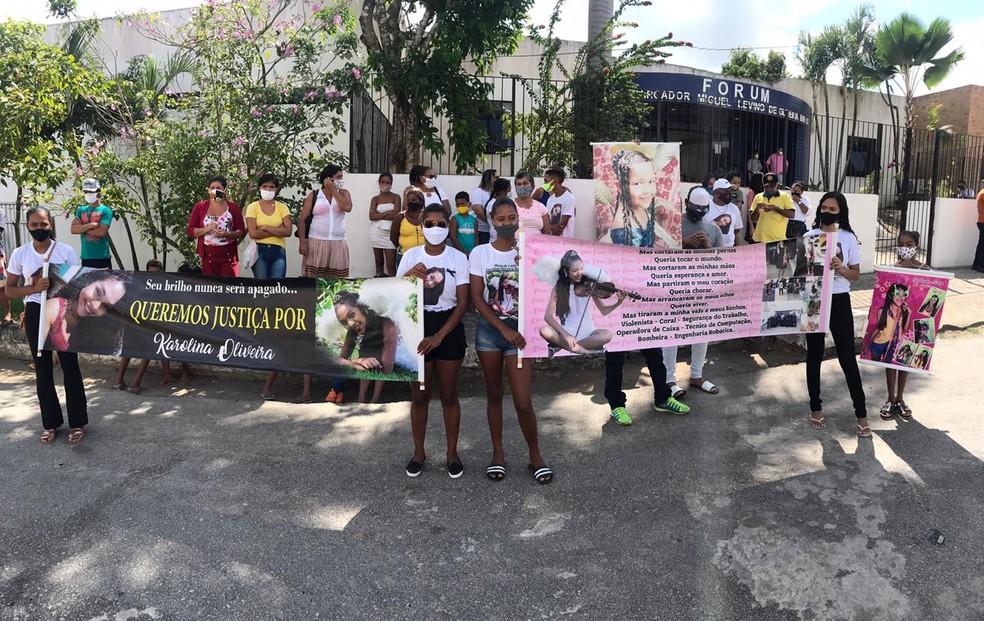 Familiares e amigos de Karolina Oliveira protestaram em frente ao fórum em Mamanguape, onde suspeito do assassinato deverá ser julgado. — Foto: Kleber Teixeira/Inter TV Cabugi