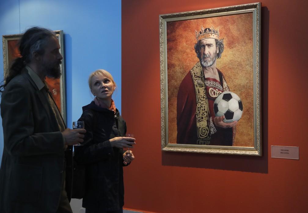 """Retrato do ex-astro do futebol francês Eric Cantona na """"Like the Gods"""" no Museu da Academia Russa de Artes em São Petersburgo (Foto: AP Photo/Dmitri Lovetsky)"""