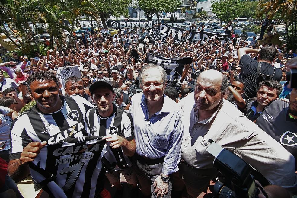Nelson Mufarrej durante a apresentação de Montillo, em janeiro (Foto: Vitor Silva/SSPress/Botafogo)