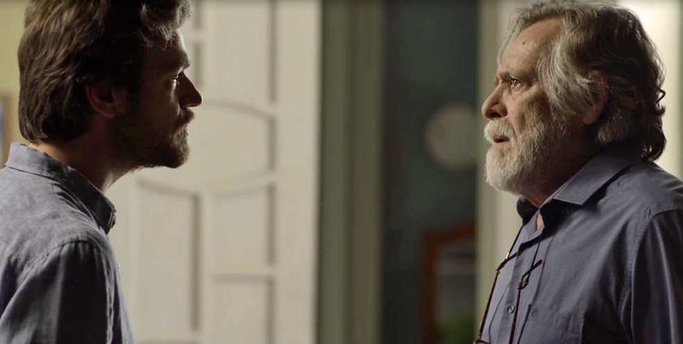 Beto coloca o pai contra a parede por causa de mentira (Foto: TV Globo)
