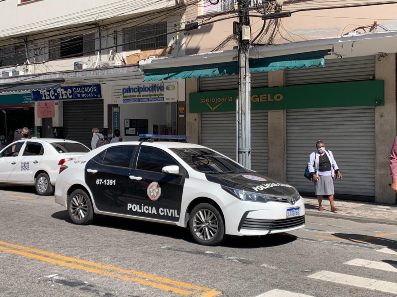 Homem suspeito de liderar quadrilha de roubos a joalherias é preso em Petrópolis, RJ; quinto suspeito está foragido
