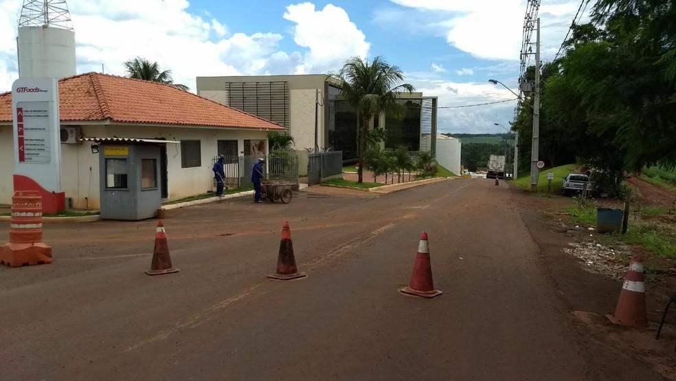 Homem morreu após sofrer descarga elétrica e cair da carroceria de caminhão, em empresa de Maringá, na tarde deste sábado (20) (Foto: William Souza/RPC)