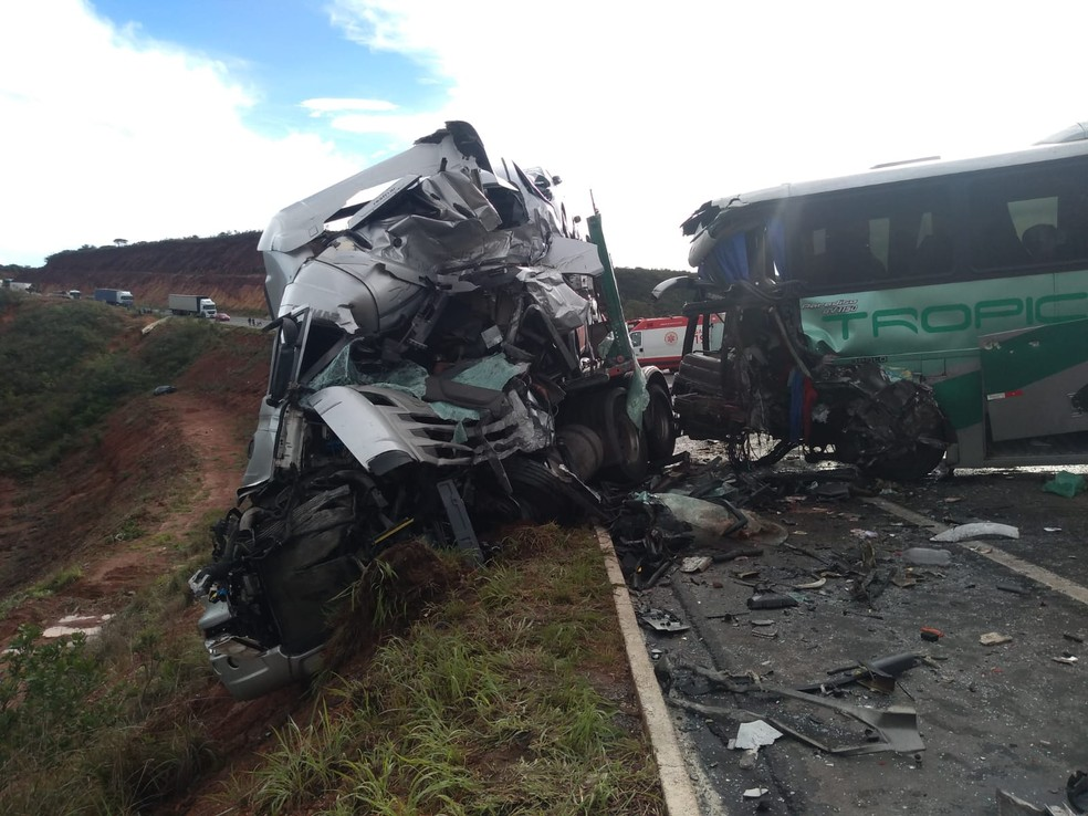Carreta cegonha e ônibus que se envolveram em um acidente na BR-251 — Foto: Divulgação/Corpo de Bombeiros