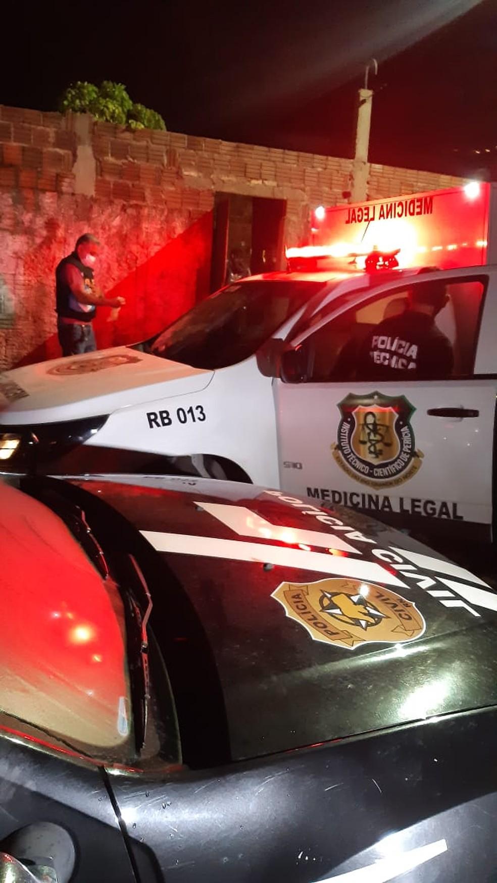 Viaturas da Polícia Civil e do Itep em frente ao imóvel onde servente de pedreiro foi assassinado a golpes de pá em São Gonçalo do Amarante, no RN. — Foto: Sérgio Henrique Santos/Inter TV Cabugi