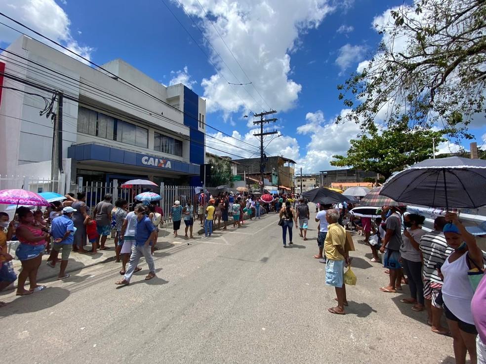 Na Bahia, pessoas ficam na fila para receber parcela do Auxílio Emergencial na agência da Caixa — Foto: Victor Silveira/TV Bahia