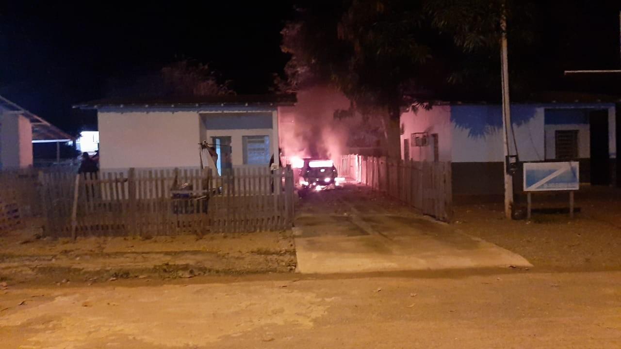 Incêndio destrói carro estacionado em casa em Alto Alegre, no interior de RR