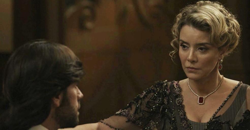 Josephine fala mal de Cecília para Rômulo  (Foto: TV Globo)