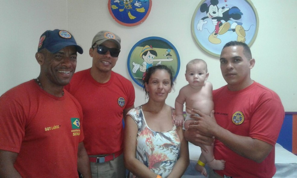 Após a ocorrência, os bombeiros levaram a criança a um hospital, na companhia da avó (Foto: Corpo de Bombeiros/Divulgação)