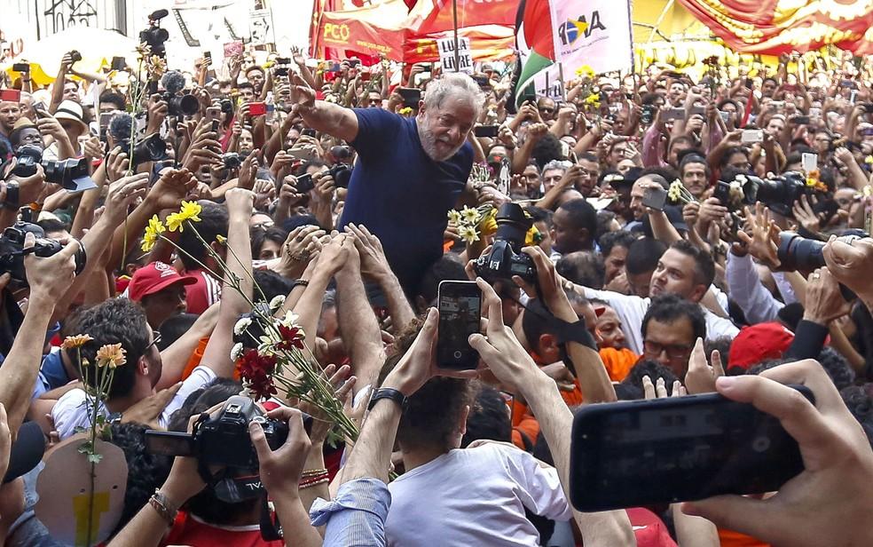 Lula é carregado após discursar em frente ao sindicato dos metalúrgicos neste sábado (7) (Foto: Miguel Schincariol/AFP)