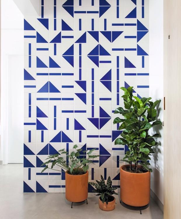 HALL DE ENTRADA | Azulejos criados por Athos Bulcão, da Fundação Athos Bulcão, revestem a parede do espaço. O piso cimentício da MicroCimento do Brasil foi aplicado em toda a área social (Foto: Maíra Acayaba / Editora Globo)