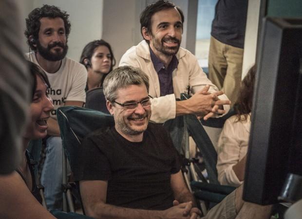 O diretor Andrucha Waddington com o ator Julio Andrade e equipe de produção (Foto: Mauricio Fidalgo/TV Globo)