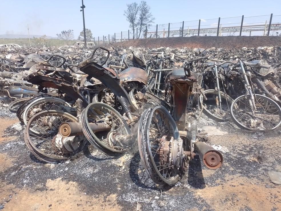 Fogo destruiu motocicletas que estavam estacionadas no pátio — Foto: Lucas Ferreira/TV Anhanguera