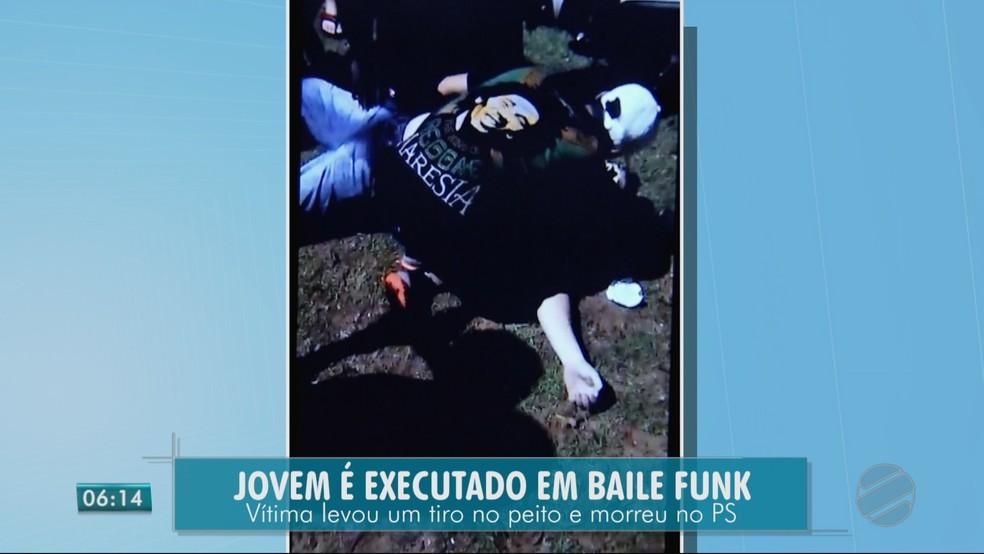 Imagens divulgadas na internet mostram pessoas tentando reanimar Rafael Santi (Foto: TV Centro América)