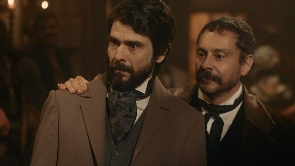 Floriano (Lucci Ferreira) se surpreende com convidada em festa de Tonico (Alexandre Nero) em 'Nos Tempos do Imperador' — Foto: Globo