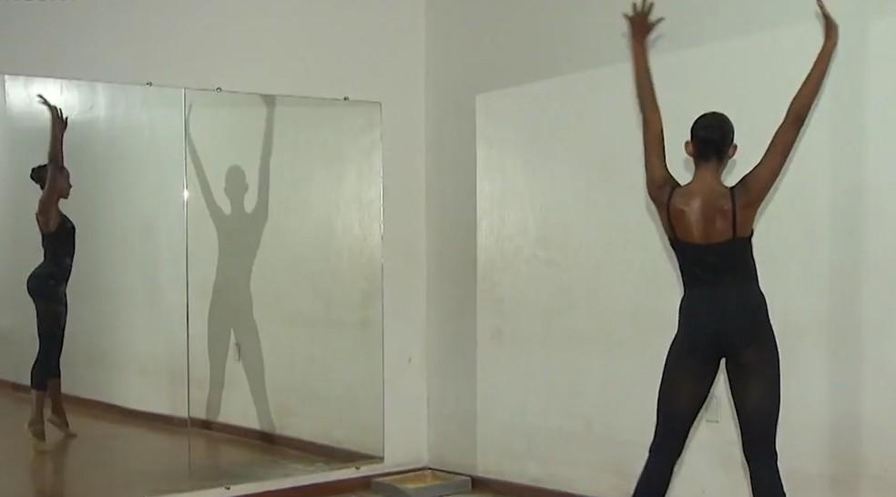 Ed tem 16 anos e faz balé desde os seis — Foto: Reprodução/TV Bahia