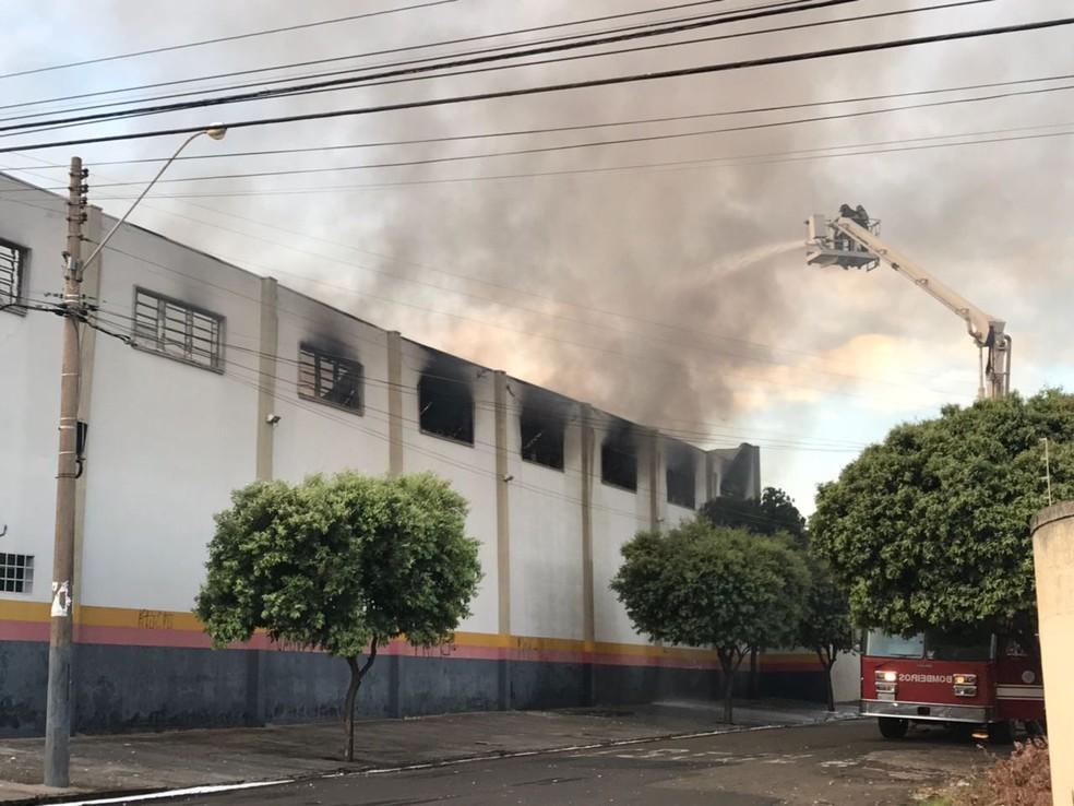 Corpo de Bombeiros continua no local combatendo focos de incêndio e a fumaça  (Foto: André Modesto/TV TEM)