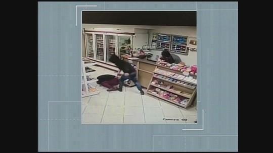 Vídeo mostra agressão a cliente durante roubo a loja de posto de combustíveis em SC
