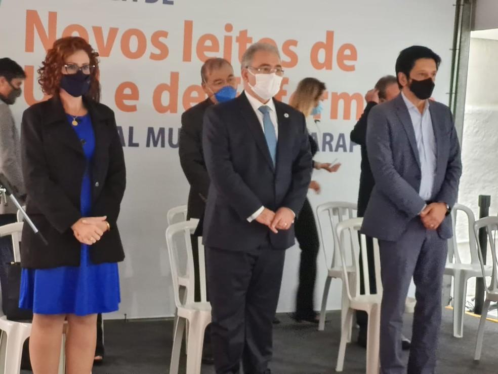 Deputada estadual Carla Zambelli, ministro Marcelo Queiroga e prefeito Ricardo Nunes no Hospital Municipal Guarapiranga, nesta sexta (11) — Foto: Bárbara Muniz
