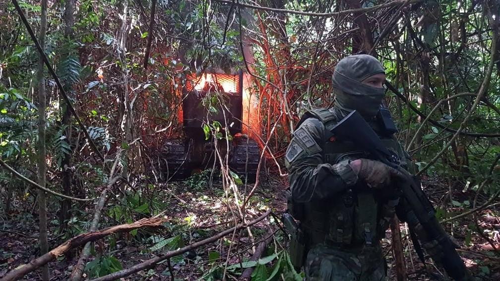Ação de fiscalização do Ibama destroi com fogo maquinários usados para desmatar o território indígena de Ituna-Itatá, no Pará. — Foto: Divulgação/Ibama