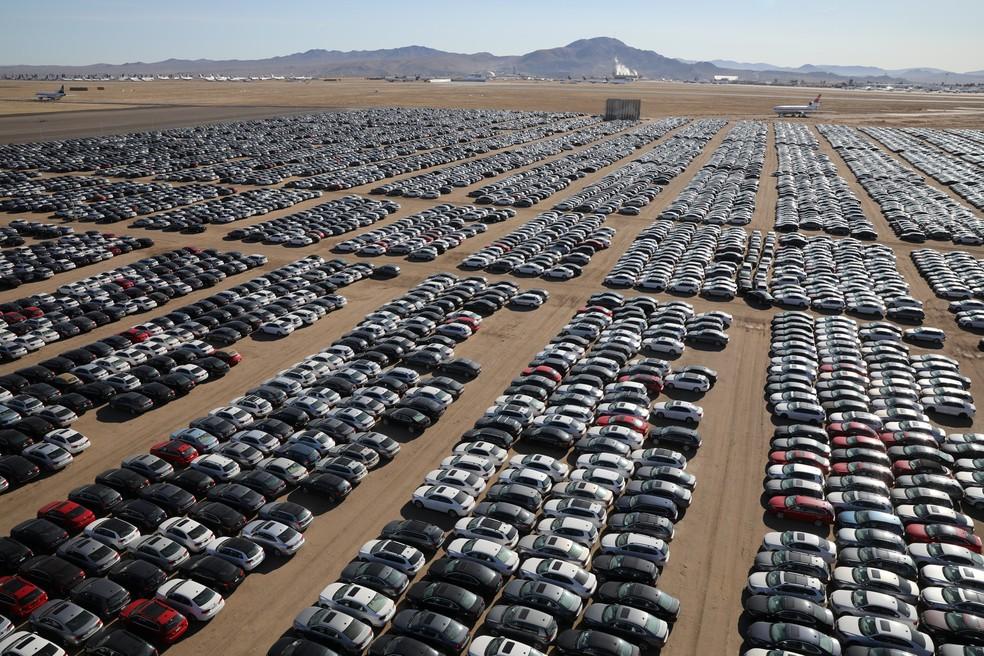 Carros envolvidos no 'dieselgate' que a Volkswagen recomprou de clientes americanos armazenados em deserto na Califórnia, nos EUA (Foto: Lucy Nicholson/Reuters)