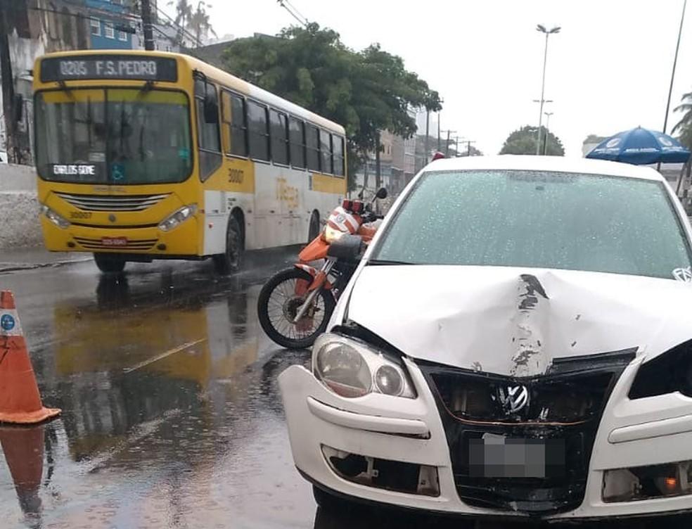 Por conta do impacto com o poste, a frente do veículo ficou parcialmente destruída.  — Foto: Naiá Braga / TV Bahia