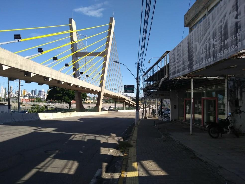 Construção de viaduto e túnel perto da Arena das Dunas, em Natal, dificulta circulação de clientes em lojas próximas (Foto: Rafael Barbosa/G1)