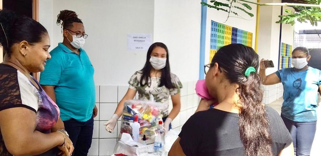 Secretaria distribui kits de alimentação para família de alunos da rede municipal durante quarentena em Teresina