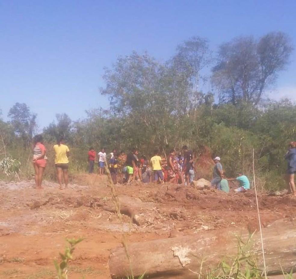 Caminhão com caixas de frango fez o descarte em um terreno vazio, em Porto Iguaçu — Foto: Movimento Ativo Social e Político Iguaçu/Divulgação