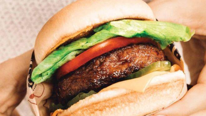 O mercado de carne vegana tem atiçado o apetite de investidores (Foto: BEYOND MEAT)