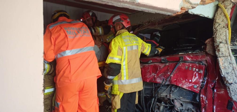 Motorista ficou preso às ferragens — Foto: Corpo de Bombeiros/Divulgação