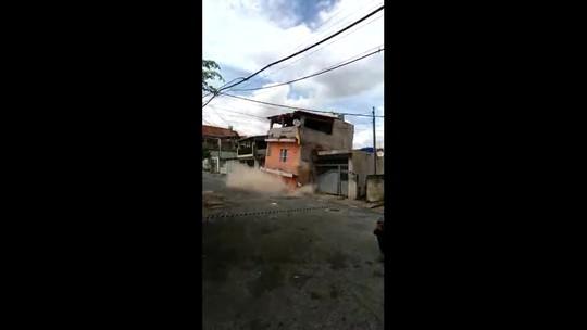 Sabesp interdita rua para conter vazamento de água após desabamento em Osasco