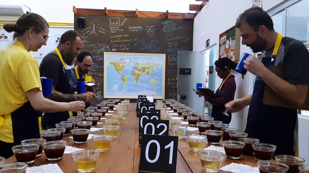 Jurados avaliam qualidade do café durante concurso em Carmo de Minas — Foto: Régis Melo/G1
