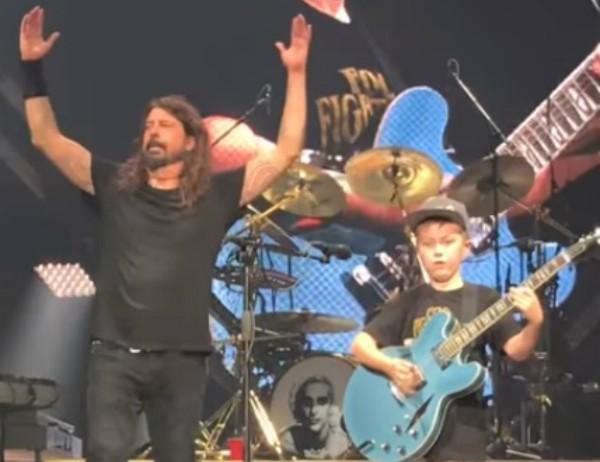 Dave Grohl e o talentoso Collier (Foto: Reprodução Youtube)