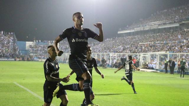 Alisson marca contra o Tucumán
