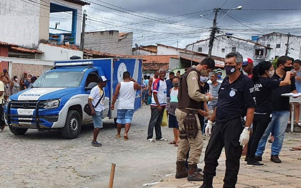 Agentes das polícias Técnica e Militar no Caseb, bairro onde dois homens foram mortos neste sábado (31), em Feira de Santana — Foto: Aldo Matos/Acorda Cidade