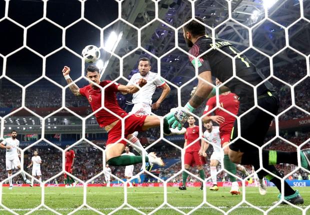 Jordi Alba, jogador da seleção da Espanha, disputa bola com o jogador português José Fonte em jogo pela Copa do Mundo da Rússia (Foto: Maddie Meyer/Getty Images)