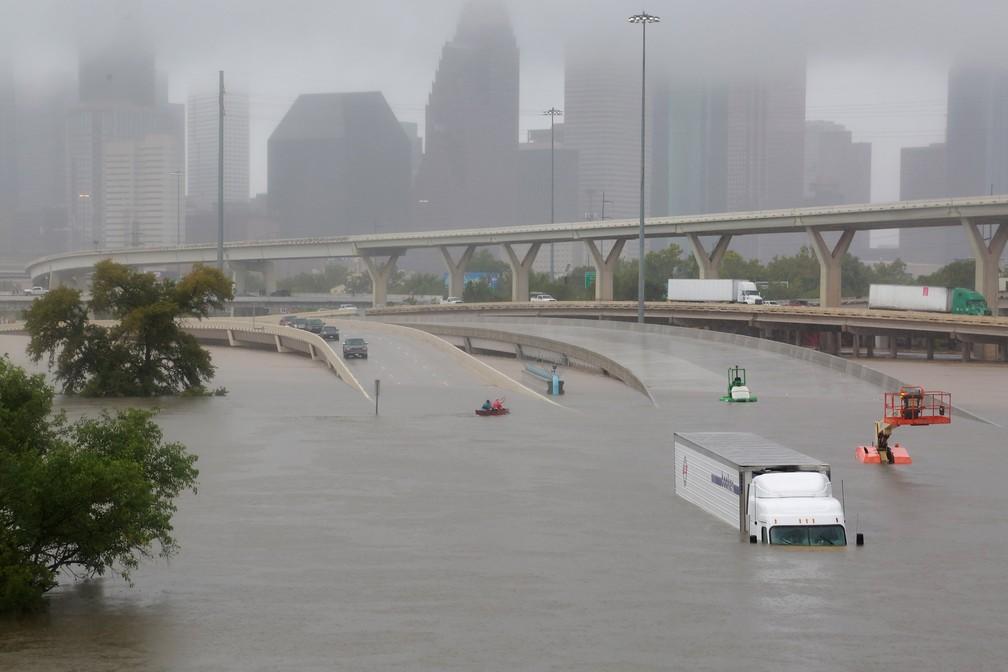 Furacão Harvey deixou grande parte da cidade de Houston debaixo d'água (Foto: Reuters)