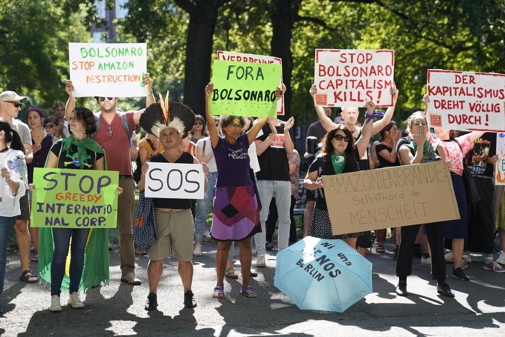 Manifestantes fazem protesto pela preservação da Amazônia nesta sexta-feira (23) em frente à embaixada brasileira em Berlim. — Foto: Odd Andersen/ AFP
