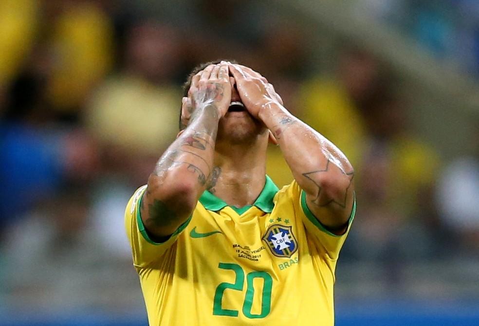 Firmino lamenta uma das muitas finalizações sem direção do Brasil diante da Venezuela — Foto: REUTERS/Rodolfo Buhrer