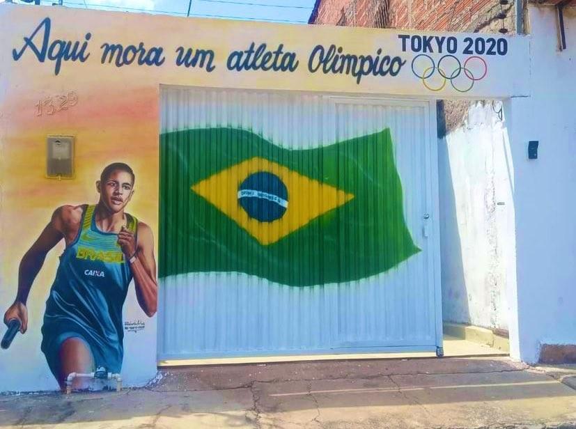 Família de João Henrique Falcão, do atletismo, pinta fachada da casa no Maranhão em apoio ao atleta nas Olimpíadas