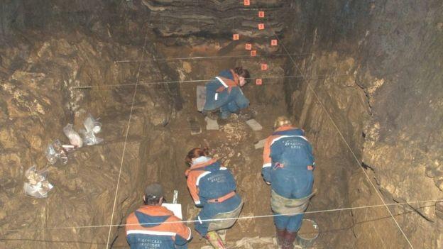 Escavações na caverna, na Rússia: História da menina foi reconstruída a partir de um fragmento de osso encontrado há vários anos (Foto: B VIOLA, MPI-EVA/BBC)