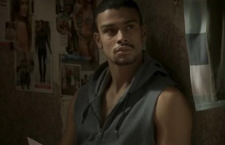 No sábado (29) Jacaré (Sérgio Malheiros) e Sofia planejam o roubo à casa da família dela TV Globo