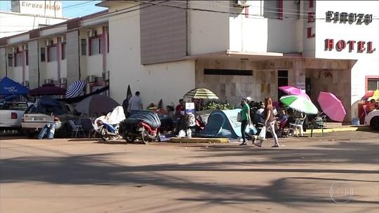 Brasileiros dormem na fila por vaga em faculdade no Paraguai